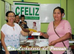 Entrega de cheques a cargo de nuestra directora: Eco. Celia Guevara a la presidenta del banco comunal